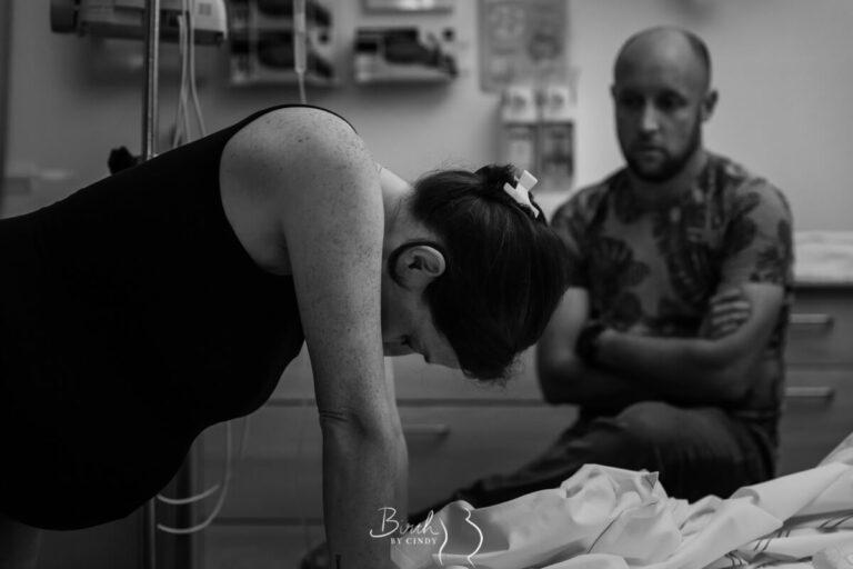 Weeen opvangen bij ziekenhuisbevalling steun op bed met papa erbij en foto door geboorefotograaf amersfoort geboortefotografie