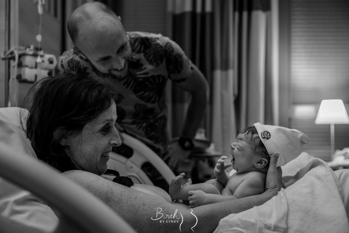 baby eerst keer bij ouders na bevalling bewonderen van pasgeboren zoon door geboortefotograaf