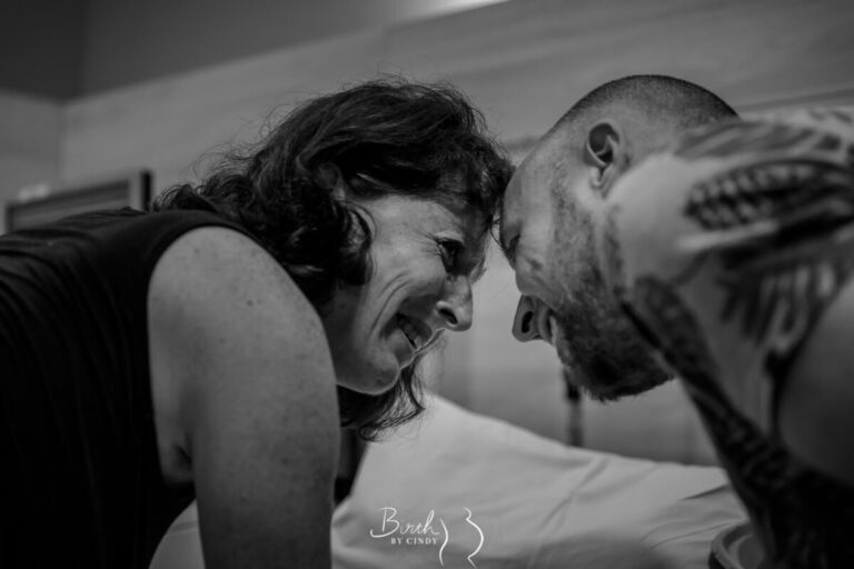 opluchting en emotie bij ouders na bevalling foto door geboortefotograaf