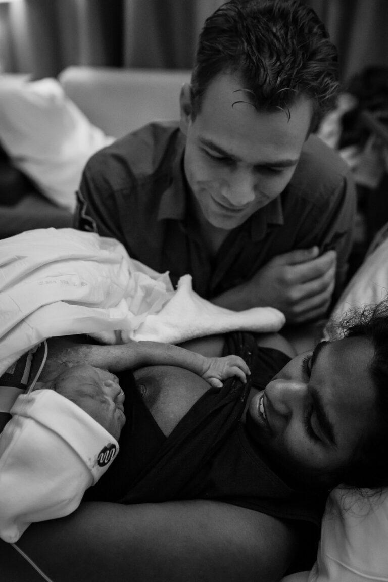 Geboortefoto pasgeboren baby met vader en moeder gezin samen baby bij mama op de borst foto door eboortefotograaf amersfoort utrecht amsterdam