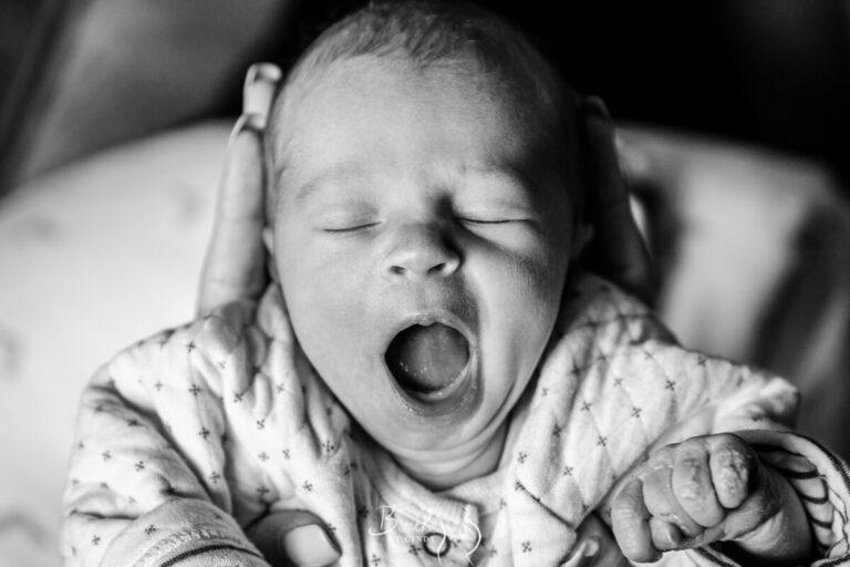 Baby gaapjes meisje pasgeboren na keizersnede net thuis. foto door geboortefotograaf birth by cindy amersfoort