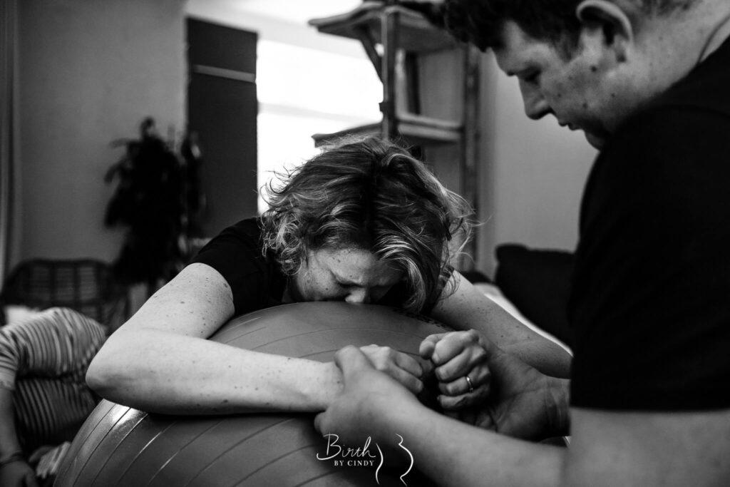 thuisbevalling steun van papa in handen knijpen foto door geboortefotograaf amersfoort